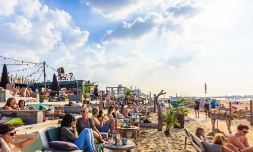 Vrijgezellenuitje strand scheveningen